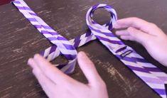 """De stropdas kan op veel verschillende manieren worden geknoopt. Zo kennen we de """"Four-in-Hand"""" ,oftewel de """"Platte Knoop"""" vast wel. En de """"Shelbyknoop"""" waarschijnlijk ook. Alleen voor sommigen mensen kan een juiste stropdas knopen lastig zijn, maar in deze video van """"CrazyRussianHacker"""" laten wij jou zien dat ook jij in een paar seconden een perfecte …"""