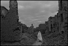 Entre los escombros de una Kabul destruida tras la guerra civil de Afganistán, en 1996. / JAMES NACHTWEY / AGENCIA CONTACTO