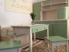 Ein Küchenset wie dieses wird gerade überarbeitet und neu lackiert. Es unterscheidet sich darin, dass es noch zusätzlich über Schütten verfügt, ebenso