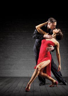 Партнеры танцуют танго