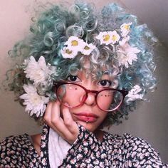 Flowers over the blue hair Afro punk Afro Punk, Afro Hairstyles, Pretty Hairstyles, Curly Hair Styles, Natural Hair Styles, Corte Y Color, Aesthetic People, Dream Hair, Hair Art