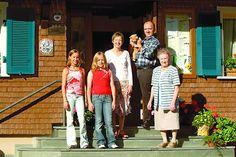 Unser Hotel Restaurant Pension LAWINE * * *    ...ist herrlich gelegen im südlichen Schwarzwald am Fuße des fast 1.500 m hohen FELDBERGES.  In der architektonisch interessanten Kombination von Tradition und modernem Komfort umfaßt unser Haus 18 Zimmer, die alle mit Dusche / WC, Telefon, TV und meist mit Balkon ausgestattet sind. Eine herrliche Liegewiese, Sauna, Solarium runden das Angebot ab.