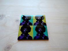 Brož - luxusní placka Jimi Hendrix 4v1 Brož o rozměrech 4x4cm je zalitá křišťálovou pryskyřicí na hliníkovém lůžku - vše vlastní, ruční výroba. Vlastní grafický design
