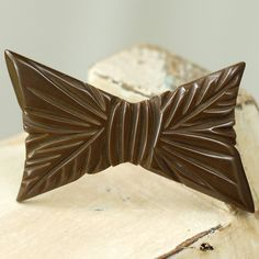 Vintage Bakelite Brown Bow Tie Brooch. #vintage #jewelry #brooches