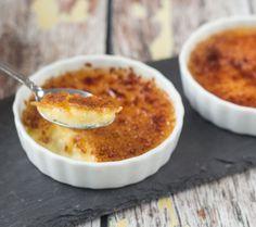 Crème brûlée eller creme brulee, som mange også kalder den, er en flødebaseret vanliljecreme som bages i vandbad i ovnen. Inden servering drysses desserten med sukker og den karamelliseres med en gasbrænder eller ved flambering. Crème brûlée er faktisk en ret enkelt dessert, men alligevel så vækker den tit stor begejstring og det er nemt...Læs mere »