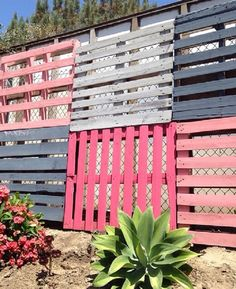From Über-Ambitious to Super-Simple: Privacy Fences & Screens You Can Make Yourself - Modern Design Natural Privacy Fences, Privacy Fence Screen, Fence Screening, Outdoor Privacy, Backyard Privacy, Screening Ideas, Backyard Ideas, Patio Fence, Pallet Fence