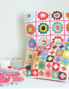 I could SO make these pillows, it'd be so easy and with the right colors, YUM.