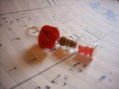 """Boucle d'oreille""""Red gummy"""" !  Les boucles d'oreilles """"Gummies"""" sont disponibles en différents coloris et diverses matières (or, argent, or vieilli, bronze, etc)."""