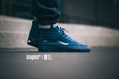 Exklusiv bei SNIPES bekommst du einen Sk8 Hi von VANS, der von der Sohle bis zum Schaft in einem tiefen Blau gefärbt wurde. Der Streifen auf der Seite wurde in edlem Leder gearbeitet und stellt das Optische Highlight auf dem Velours-Upper dar. Jetzt im SNIPES Onlineshop sowie in einem SNIPES Store in deiner Nähe. Artikelnr.: 1001287 Sizerun: 36-47 Preis: 89,99 Euro #snipes #snipesknows #vans #sk8hi #sneaker