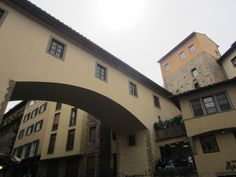 Deze gangen lopen van Palazzio Vechio naar Palazzo Piti waar ze in de Boboli tuinen uitkomen. Ze worden ook wel de Vasari gang genoemd. De gang werd gebruikt als vluchtweg maar ook zodat bijvoorbeeld de Medici familie zich niet tussen het gepeupel hoefde te bevinden.