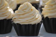 photovia Είναι η πιο εύκολη βουτυροκρεμα που φτιάξατε ποτέ!Δένει γρήγορα,θυμίζει σαντιγί,όμως είναι πιο σφιχτή. Μπορούμε να βάλουμε και χρώμα ζαχαροπλαστικής ανάλογα με το που θα την χρησιμοποιήσουμε. Στέκεται τέλεια πάνω στα cupcakes και είναι επίσης φανταστική για γέμισμα και επικάλυψη τούρτας. Υλικά: 1 κουτί ζαχαρούχο γάλα 350 γρ. βούτυρο (όχι μαργαρίνη) σε θερμοκρασία δωματίου 1 φακελάκι βανίλια άρωμα(με άρωμα λεμονι-πορτοκαλι (οταν γίνουν …