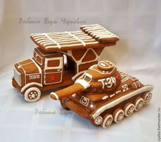 Gingerbread Army Tank and Truck Gingerbread Man Crafts, Gingerbread House Designs, Gingerbread Village, Christmas Gingerbread House, Gingerbread Cookies, Christmas Cookies, Sweet Cookies, Biscuit Cookies, Fun Cookies