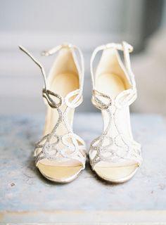 Silberne Brautschuhe mit Riemchen   hochzeitsplaza.de Foto: Judy Pak Photography