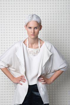 .SiO2-weißes Spektrum Design: Stephanie Kahnau Fotografie: Andreas Schoppel Model: Amelie B. (Madison Models) Hair & Make up: Sabrina Reuschl Assistenz: Birgit Henne