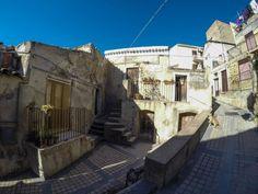 Passeggiando per la #Sicilia... #typicalsicily #Agira - Quartiere delle rocche di san Pietro -