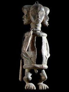 Tambour a fente Koro de Danané - Dan / Yacouba - Côte d'Ivoire. Parmi tous les instruments de musique, aucun n'a sans doute joué un rôle plus important dans l'histoire de l'humanité que le tambour, dont l'existence peut être retracée jusqu'à l'âge de pierre. Les tambours à 4 têtes sont très particuliers. Ils servent à appeler les génies des ancêtres disséminés dans la nature. Les 4 têtes symbolisent les 4 coins cardinaux.