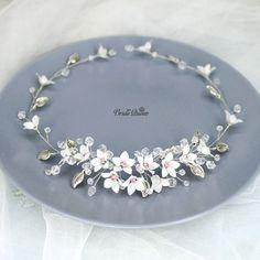 Веточка венок с цветочками из витраль, розовый был сделан на заказ, беленький ждет свою невесту, стоимость 1600р _____________________________ ✨ Вопросы в директ или WhatsApp +79889495980 💖 Следуйте своим мечтам и будьте счастливы!  #вечерняяприческа #свадебнаяприческа #гребеньвприческу #веточкавприческу #украшенияростовнадону #диадема #тиара #венок #гребень #украшениеизбусин #wedding #Weddingdecoration #Weddinghairornament #bride #Weddingtiara #ручнаяработа #украшенияручнойработы #корона…