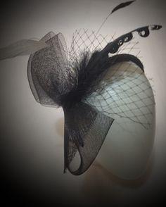 Fascinator preto com laço de crinol, penas e voilette.