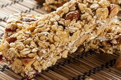 How to make a Granola bar – Merrell The Pack Granola Bar Recipe Easy, Homemade Granola Bars, Granola Barre, Plant Based Whole Foods, Food To Go, Vegan Snacks, Whole Food Recipes, Bar Recipes, Vegan Recipes