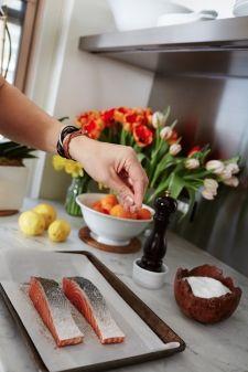 peter_som_fashion_designer_nyc_home_kitchen_cooking_salmon_fillets_microgreen_salad_eye-swoon_athena_calderone_winnie_au_photography-19