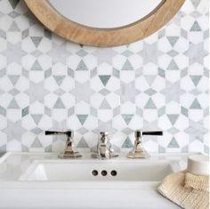 13 vackra badrum med geometriskt kakel för den som vågar ta ut svängarna – Sköna hem