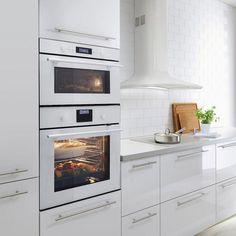 white and simple ikea skandinavian Kitchen Oven, Kitchen Time, Kitchen Appliances, Kitchens, Kitchen Ideas, Warehouse Kitchen, Micro Oven, Ikea Kitchen Design, Built In Ovens