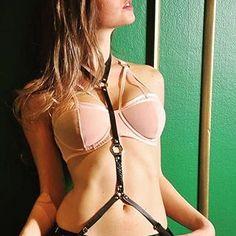 Harness Fashion - ar de fetiche e moda em um só acessório. Modelos criados artesanalmente por designers. #harnessfashion #acessorios #harnessbra #harness #cinto #couro #couroartesanal #arquitetadoamor #lamantboutique www.lamantsexshop.com.br