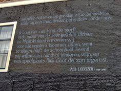 Het gedicht Wij zullen het leven... van Hans Lodeizen op een muur in Leiden