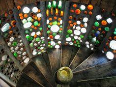 Muro de botellas de vidrio recicladaa.  Fotos Nefeli Aggellou. .