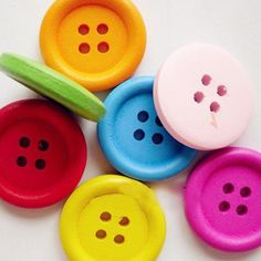 Buttons Sewing,Crafting,Knitting,Job Lots UK 20 Small Painted Wood Hello Kitty