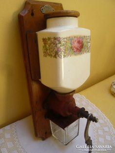 Antik fali kávédaráló rózsás fajansz betéttel