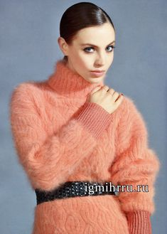 Женственный мягкий свитер розового цвета с косами. Вязание спицами