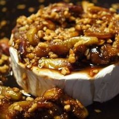 Figs and Toasted Almonds Brie.always wanted to try my own Brie Fig Recipes, Holiday Recipes, Cooking Recipes, Appetizers For Party, Appetizer Recipes, Party Snacks, Brie Au Four, Brie Fondant, Baked Brie