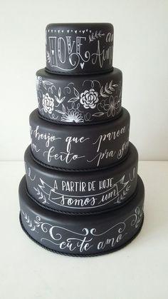 Bolo de Lousa LOCAÇÃOB84 | Alugando Bolo | Elo7 Unique Cakes, Creative Cakes, Bolo Chalkboard, Beautiful Cakes, Amazing Cakes, Extreme Cakes, Fake Cake, Halloween Celebration, Cake Board