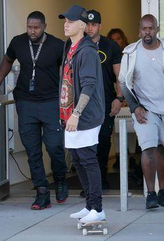 Justin loves white Vans even more than Daniel does. Justin Bieber 2018, Justin Bieber Quotes, Justin Bieber Outfits, Justin Bieber Style, Justin Bieber Pictures, Swag Outfits, Cute Outfits, Justin Bieber Wallpaper, Vans Outfit