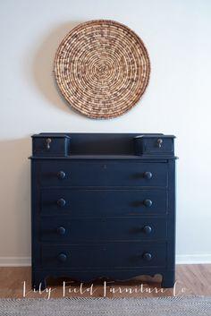 Classic Navy Dresser #DIY #furniturepaint #paintedfurniture #chalkpaint #homedecor #navy #dresser #bedroom #countrychicpaint - blog.countrychicpaint.com
