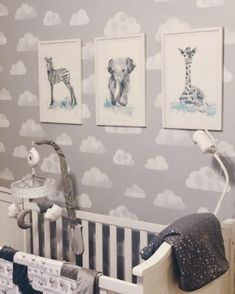 Neutral Gray Clouds Baby Nursery – Crib with Animal Artwork Prints Neutrales graues Wolken-Baby-Kinderzimmer – Krippe mit Tiergrafik-Drucken Grey Nursery Boy, Clouds Nursery, Baby Animal Nursery, Boy Nursery Themes, Nursery Crib, Baby Nursery Decor, Nursery Neutral, Cupcake Nursery, Nursery Artwork