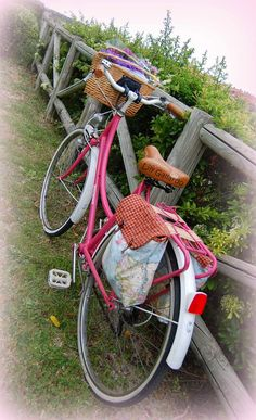 Bamboo Bicycle, Bicycle Basket, Bicycle Seats, Cycle Saddle Bag, Bicycle Makeover, Bici Retro, Pom Pom Animals, Bike Panniers, Retro Bicycle