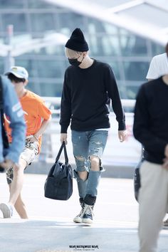 I believe that out of all of the boys Yoongi has the best style outside of the studio!