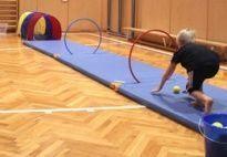 Leuk een soort bowlingbaan van kleine matten en ballen!