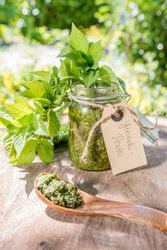 Rezept für frühlingshaftes Wildkräuter Giersch Pesto aus dem Garten zu Spaghetti oder Spargel