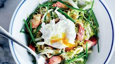 VIDEO on how to make A Frisée Lardons salad. It is basically a French bistro in a bowl. Petit Trois chef Ludo Lefebvre wants to teach you how to make the best one you've ever had (without the pricey plane ticket). Bistro Salad, Bistro Food, Egg Recipes, Salad Recipes, Cooking Recipes, Dinner Recipes, Perfect Poached Eggs, Paleo Bacon, Bacon Egg