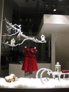 Il gufo christmas window by francesca signori, new york. Visual Display, Display Design, Store Design, Display Ideas, Retail Windows, Store Windows, Winter Window Display, Christmas Window Display Retail, Christmas Windows