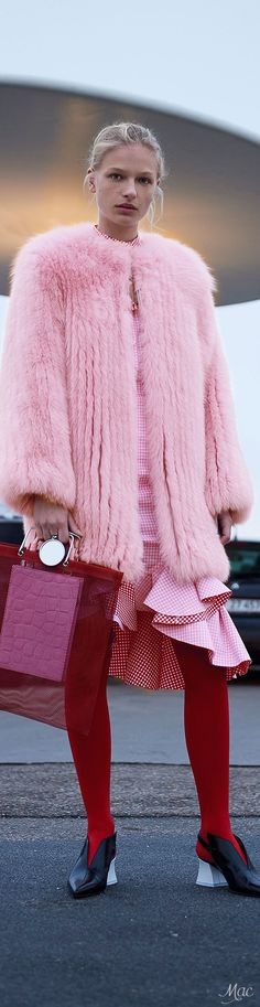 Pre-Fall 2017 Monochromatic outfit in red and pink Estilo Fashion, Fur Fashion, Pink Fashion, Fashion 2017, Love Fashion, Winter Fashion, Fashion Looks, Womens Fashion, Fashion Design