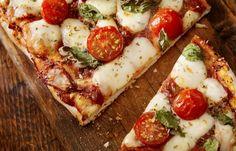 Pizza Margherita mit frischen Romatomaten - Kindergeburtstag: 10 süße & herzhafte Rezepte - Zutaten für 2 Pizzen: - 500 g Mehl - 20 g frische Hefe - 10 cl lauwarmes Wasser - 3 EL Öl - 1 EL Zucker - 1 TL Salz - 500 g Mozzarella - 1,5 kg Flaschentomaten (Roma)...