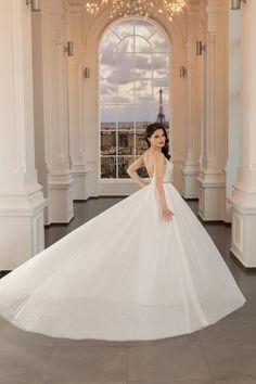O rochie simpla si foarte romantica care foloseste goliciunea decolteului si umerilor pentru a evidentia frumusetea feminina a corsetului decoltat si a spatelui. Disponibila pe alb natural. Corset, Paris, Wedding Dresses, Fashion, Bride Dresses, Moda, Bustiers, Montmartre Paris, Bridal Gowns