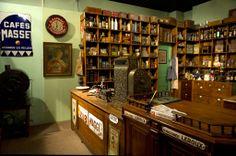 Epicerie reconstituée du début des années 30 - musée d'Aquitaine Bordeaux. Les produits et objets publicitaires présentés illustrent l'essor des usines alimentaires à Bordeaux et le commerce qui en découle, durant toute la première moitié du XXe siècle.