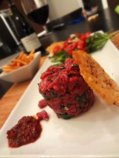 tartare boeuf à l'italienne Steak Tartare, Ceviche, Low Carb Recipes, Cooking Recipes, Healthy Recipes, Tartare Recipe, Parmesan Chips, Lunch Meal Prep, Food Plating
