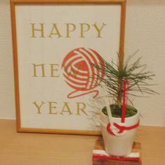 女性で、、の下駄箱の上/松/正月飾り/お正月/玄関/入り口についてのインテリア実例を紹介。「玄関の靴箱の上です。 ¥20でちょっと前に買ってた松を100均の植木鉢に。 家の近所の道路に生えてたコケもちょっと拝借(笑)。 祝儀袋の紐もちょっと拝借。 ポスターは年賀状ソフトのを拡大して拝借。。。安上がりw」(この写真は 2014-12-29 23:08:19 に共有されました)