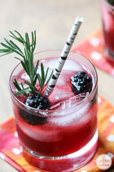 Mix up this Blackberry Gin Lemonade for your next party. Blackberry Lemonade is the base mixed up with gin and sparkling water. Simple and delicious. Party Food And Drinks, Fun Drinks, Healthy Drinks, Alcoholic Drinks, Beverages, Refreshing Cocktails, Summer Drinks, Gin And Lemonade, Lemonade Cocktail